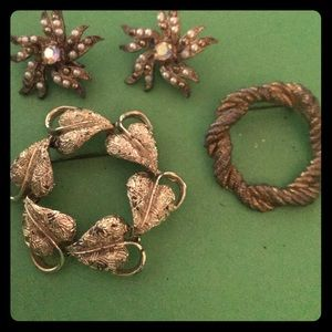 Jewelry - Vintage gold tone brooches bundle